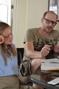 Onkel Martin hjælper Simone med historielektierne