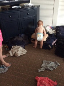 Manse på hotellet, der kikker på kufferter